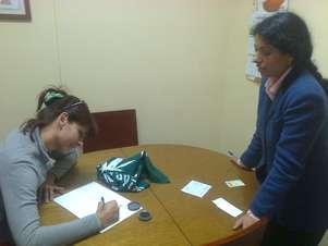 Una de las adherentes firma el documento en una notaría del puerto de Valparaíso. Foto: Terra