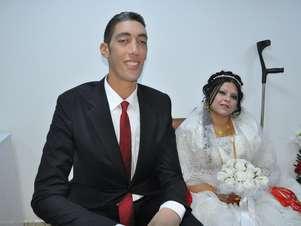 Sultan Kosen e a esposa durante a cerimônia de casamento Foto: AFP