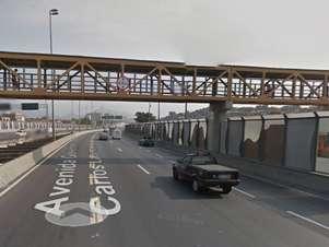O limite de altura da passarela é de 4,5 metros Foto: Google / Reprodução