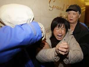 Familiares de passageiros do voo da Malaysian Airlines choram ao saber que avião caiu no Índico Foto: Reuters