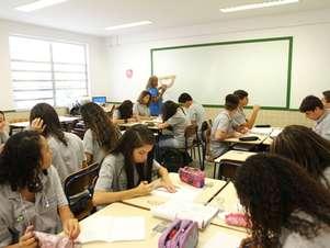 No CECA, o professor é treinado para entender melhor o aluno individualmente, criando uma maior proximidade com ele Foto: Cris Torres-Seeduc/RJ / Divulgação