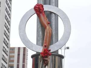 Prótese de braço simboliza o membro perdido pelo ciclista David Souza dos Santos, atropelado dia 10 de março Foto: J. Duran Machfee / Futura Press