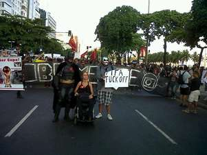 No Rio, manifestantes fecham a avenida Atlântica e gritam palavras de ordem em direção ao Arpoador Foto: Paula Bianchi / Terra