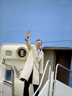 El presidente George H.W. Bush antes de abordar el avin presidencial en la Base Area Andrews en una fotografa del 19 de febrero de 1992. HBO se encuentra en la postproduccin de un documental sobre el ex presidente George H.W.  Bush que se estrenar dos das despus de su cumpleaos 88 en junio.