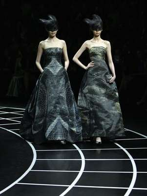 Models present creations for the Giorgio Armani fashion show in Beijing Foto: Reuters