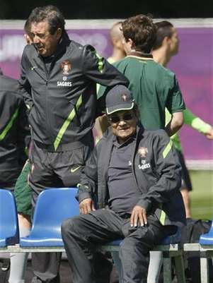 Former Portugal national soccer player Eusebio (R) watches a Portugal training session during the Euro 2012 at a training field in Opalenica June 15, 2012. Foto: Bartosz Jankowski / Reuters In English