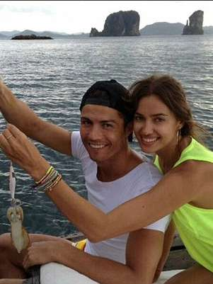 Cristiano Ronaldo holds up the fish he caught while on holiday in Thailand with girlfriend and swimsuit model Irina Shayk. Foto: London Daily Mail