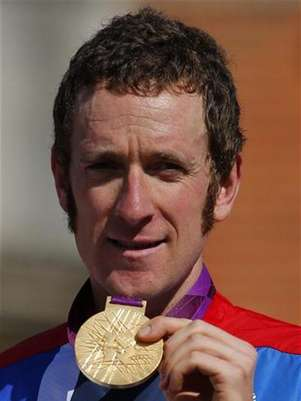 Imagen de archivo de Bradley Wiggins con su medalla de oro tras ganar en la contrarreloj olmpica en Londres, ago 1 2012. Directivos olmpicos instaron a los deportistas ms jvenes preparados para liberarse luego de meses de monstica dedicacin a beber &quot;con sensatez&quot; una vez que empiecen sus celebraciones. Foto: Cathal McNaughton / Reuters en espaol