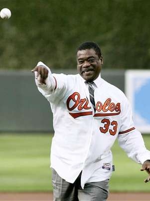 Former Baltimore Orioles first baseman and member of Major League Baseball's Hall of Fame Eddie Murray throws out the ceremonial first pitch before the Orioles' MLB American League baseball game against the New York Yankees in Baltimore, Maryland June 8, 2010. Foto: Joe Giza / Reuters In English
