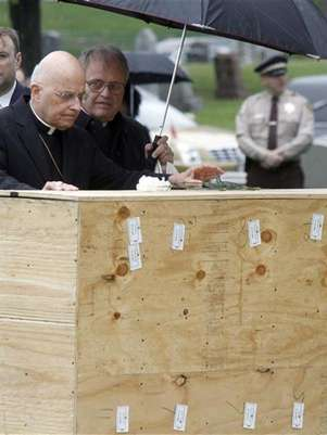 Chicago Cardinal Francis George (C) offers a graveside blessing to the remains of indigent people at Mt. Olivet cemetery on the southwest side of Chicago, Illinois, April 25, 2012. Foto: Frank Polich / Reuters In English