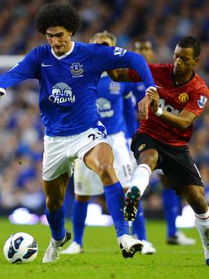 Manchester United's Portuguese midfielder Nani (R) vies for the ball with Everton's Belgian midfielder Marouane Fellaini during their English Premiership football match at Goodison Park in Liverpool on August 20, 2012. Foto: AFP/Getty