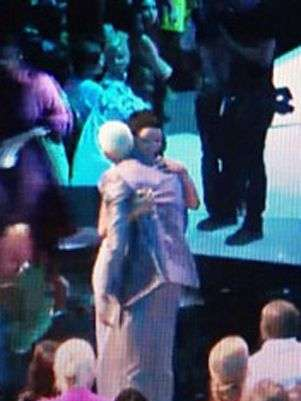 Chris Brown y Rihanna se abrazan en los MTV VMA's 2012 Foto: Blog de Chris Brown