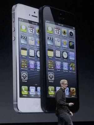 El director general de Apple, Tim Cook, presenta el iPhone 5 en San Francisco Foto: Jeff Chiu / AP