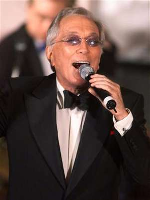 "Singer Andy Williams performs ""Moon River"" during a gala salute July 22, 2001 in Beverly Hills honoring comedian Milton Berle's 93rd birthday and his 88th year in show business. Foto: Fred Prouser / Reuters In English"