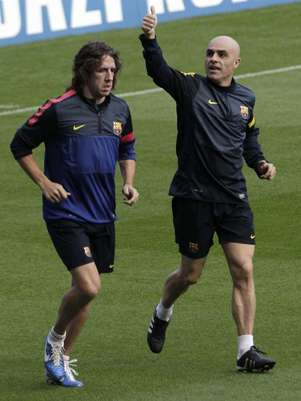 Puyol, con el rehabilitador Juanjo Brau, en una foto de archivo. Foto: EFE en espaol