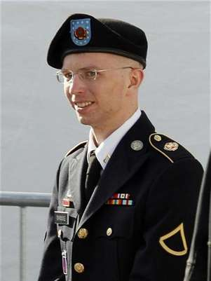 Army Private First Class Bradley Manning is escorted in handcuffs as he leaves the courthouse in Fort Meade, Maryland June 6, 2012. Foto: Jose Luis Magana / Reuters