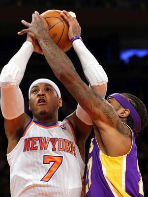 &nbsp;Jordan Hil intenta bloquear el disparo de Carmelo Anthony (7). Foto: Kathy Willens / AP