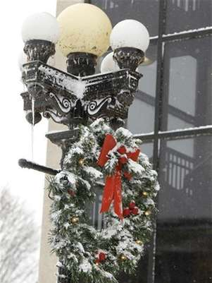 A Christmas wreath is covered with snow on West 4th Street in Waterloo, Iowa, December 20, 2012. Foto: Matthew Putney / Reuters
