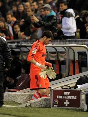 Iker Casillas of Real Madrid CF comes off after getting injured during the Copa del Rey Quarter Final, 2nd leg match between Valencia CF and Real Madrid CF at estadio Mestalla on January 23, 2013 in Valencia, Spain. Foto: Getty Images