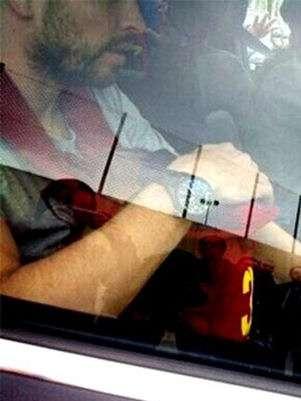 Momento en que Gerard Piqué es captado con su bebé en su auto. Foto: BigBangShowbiz