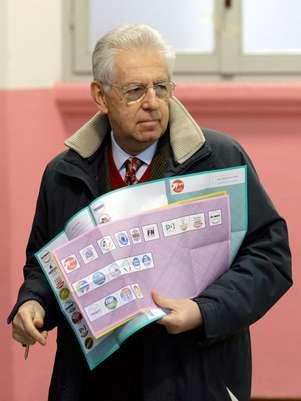 El primer ministro saliente de Italia, Mario Monti, sostiene varias hojas de votación antes de sufragar el domingo 24 de febrero de 2013, en Milán, Italia.  Foto: Luca Bruno / AP