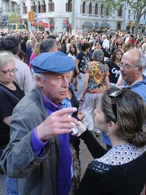 O escritor uruguaio Eduardo Galeano dá entrevista durante a manifestação  Foto: AFP