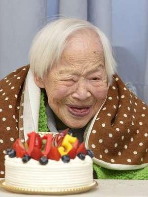 Okawa recibió como regalo un ramo de flores, una tarta de frutas y un pañuelo de la mano de los empleados de la residencia en la que reside. Foto: AP