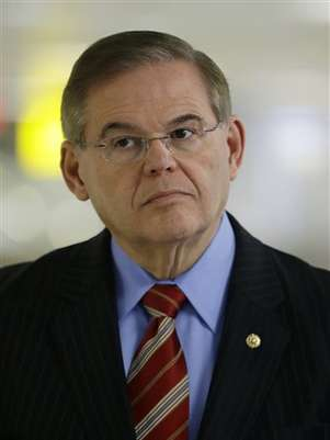 En esta fotografía de archivo del 1 de marzo de 2013, se ve al senador demócrata por Nueva Jersey, Robert Menendez, durante una conferencia de prensa en el aeropuerto internacional de Newark.  Foto: AP