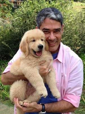 Apresentador do Jornal Nacional com o pequeno Gulliver, o cachorro da família, neste sábado Foto: Instagram / Reprodução
