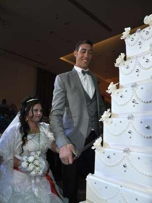 Os noivos cortam o bolo de casamento Foto: AFP