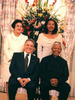 FHC postou foto em seu Facebook em que aparece com sua mulher, Ruth Cardozo, com Mandela e com a mulher do líder sul-africano, Graça Machel  Foto: Facebook / Reprodução