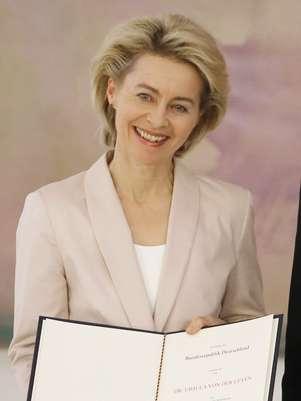 Ursula von der Leyen mostra a carta de indicação para o cargo que recebeu nesta terça-feira, em Berlim Foto: AP