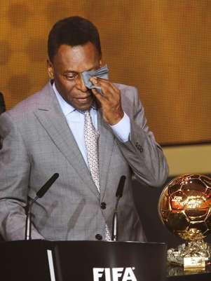 Pelé não conteve as lágrimas e chorou no palco de premiação Foto: AP