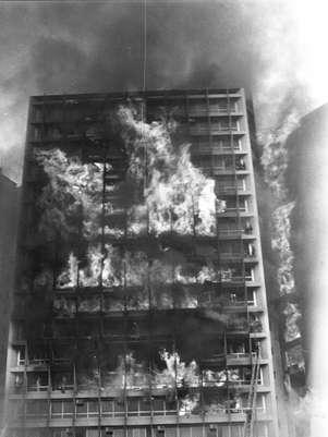 O prédio foi consumido pelas chamas do incêndio que começou no 12º andar Foto: Jornal do Brasil/Arquivo / Reprodução
