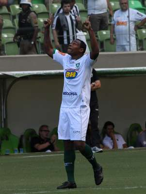 Obina marcou duas vezes, mas não levou o América-MG à vitória no clássico Foto: Denis Dias / Gazeta Press