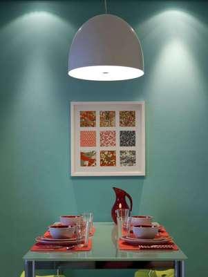 Não é preciso gastar muito para mudar a cara da sala. Nesse apartamento, a arquiteta Marina Carvalho deu um colorido na parede, destacando-a do resto do cômodo e dando um toque diferente ao ambiente. Informações: (11) 9444-8836 Foto: elocs.com