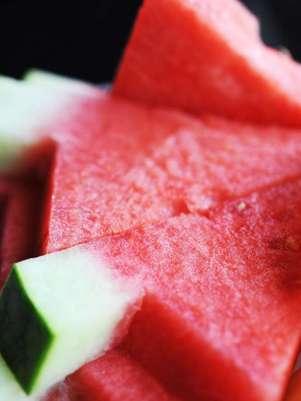 Rica em betacaroteno, vitamina A e licopeno, máscara facial à base de melancia ajuda a combater efeitos do tempo e radicais livres Foto: Shutterstock