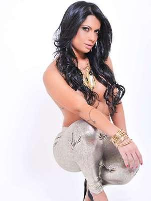 A modelo Dani Sperle posou apenas com calça legging e assessorios para a marca Foto: CO Assessoria