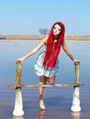 Enquanto as bonecas humanas que lembram a Barbie possuem traços mais felizes, Anastasiya prefere parecer mais melancólica e triste, e posa para fotos em cenários bucólicos, como jardins com borboletas Foto: Facebook / Reprodução