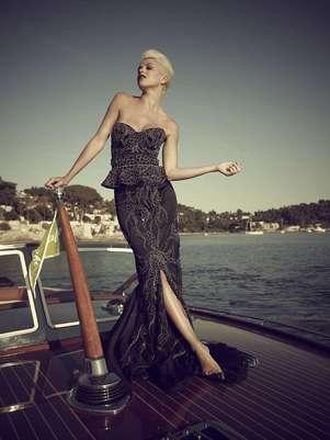 O vestido apresentado na Ucrânia leva 50 diamantes negros Foto: Divulgação