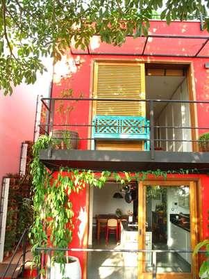 A pintura vermelha foi parte de uma reforma que revitalizou este sobrado. Projeto dos arquitetos Gil Mello e Fernanda Neiva, da Galeria Arquitetos. Informações: (11) 2645 9925 Foto: Galeria Arquitetos