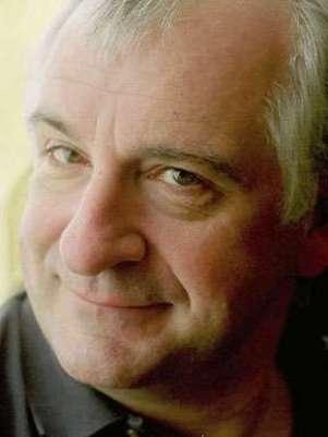 Douglas Adams, autor de O Guia do Mochileiro das Galáxias, faria 61 anos nesta terça-feira Foto: Wikimedia Commons / Reprodução