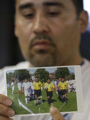Familiar exibe foto do árbitro que morreu após agressão Foto: AP