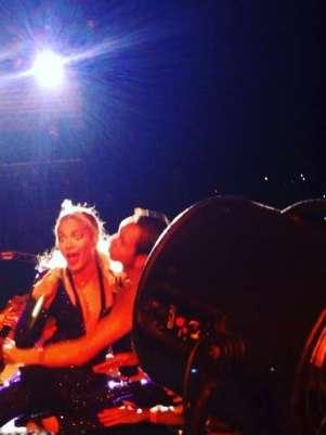 Beyoncé foi agarrada por um fã, que a derrubou no palco Foto: Instagram / Reprodução