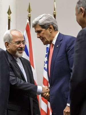 O chanceler iraniano, Javad Zarif, cumprimenta o secretário de Estado dos EUA, John Kerry, após a assinatura do acordo Foto: AFP