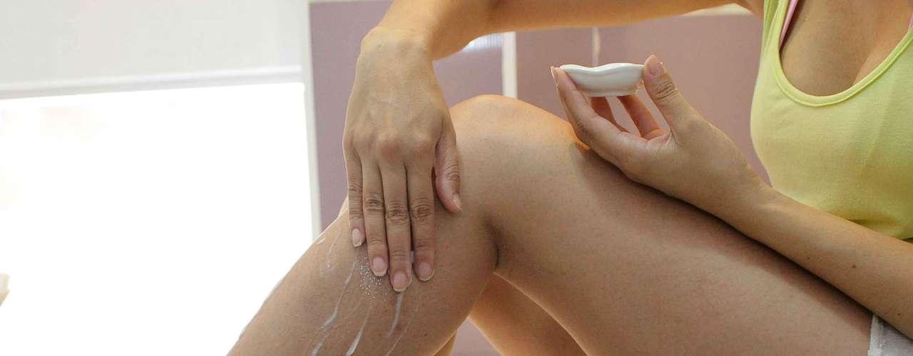 Certo: com movimentos leves, passe o hidratante nas pernas