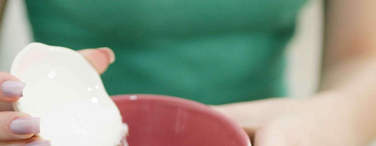 Certo: para a primeira receita comece a mistura despejando três colheres (de sopa) cheias de sal grosso num recipiente fundo. Além de promover a renovação celular, o sal grosso também relaxa as tensões e dores musculares provocadas pelo dia a dia e pelo uso de salto alto