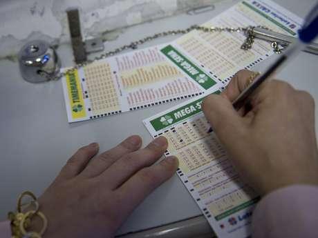 A aposta mínima na Mega-Sena é de R$ 2,50 e pode ser feita até as19h do dia do sorteio Foto: Bruno Santos / Terra