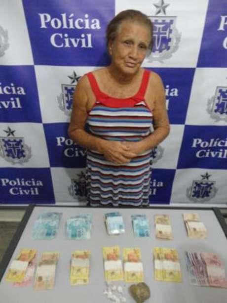 A polícia encontrou 100 gramas de cocaína e maconha, escondidos numa bolsa feminina no quarto da idosa Foto: Divulgação
