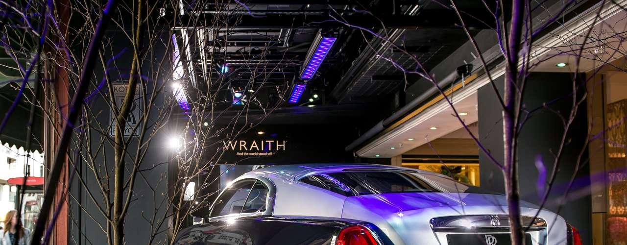 O teto do carro é um dos destaques: equipado com 1.340 lâmpadas, quando aceso, simula um céu estrelado
